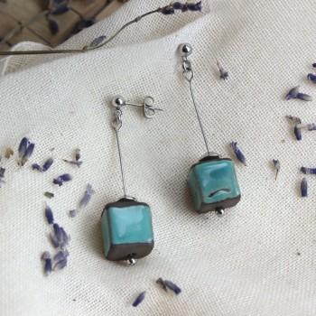 Orecchini con cubetti in smalto azzurro