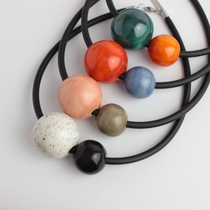 Collana in caucciù con perle grandi in ceramica