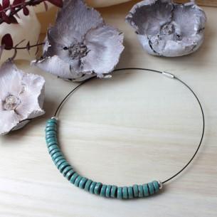 Collana con perle Heishi in argilla nera e smalti colorati